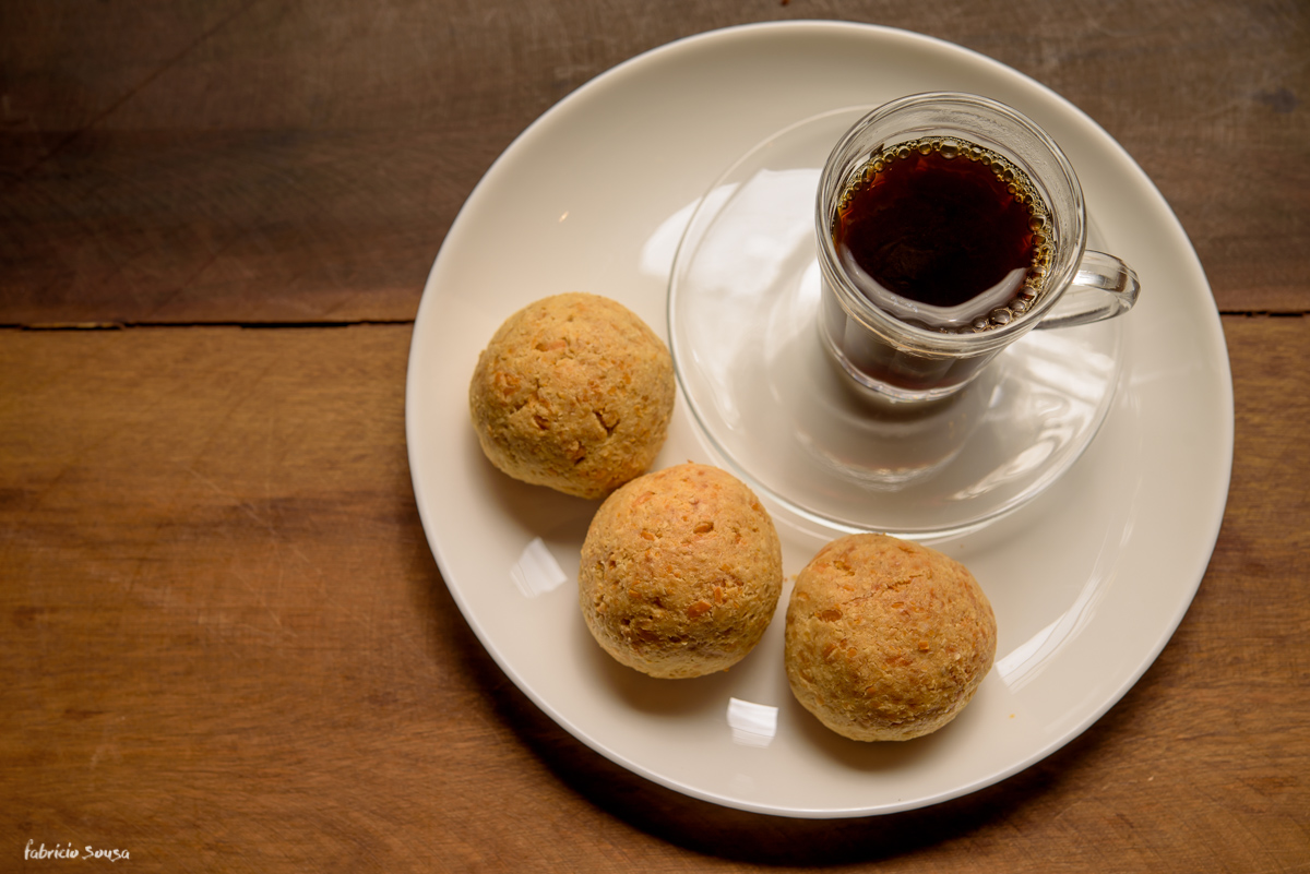 delicioso pão de queijo com café preto passado no restaurante MagraSS