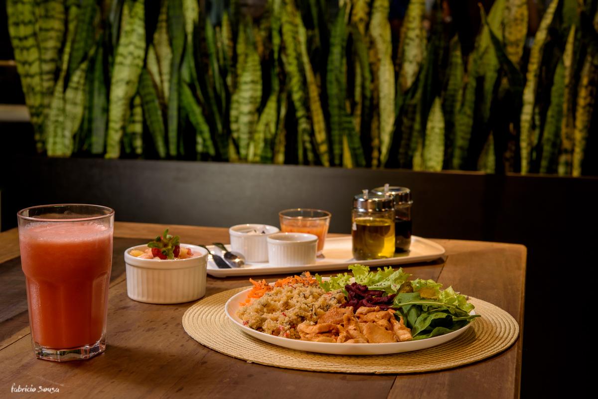 prato e condimentos servidos no restaurante café Magrass - almoço saudável