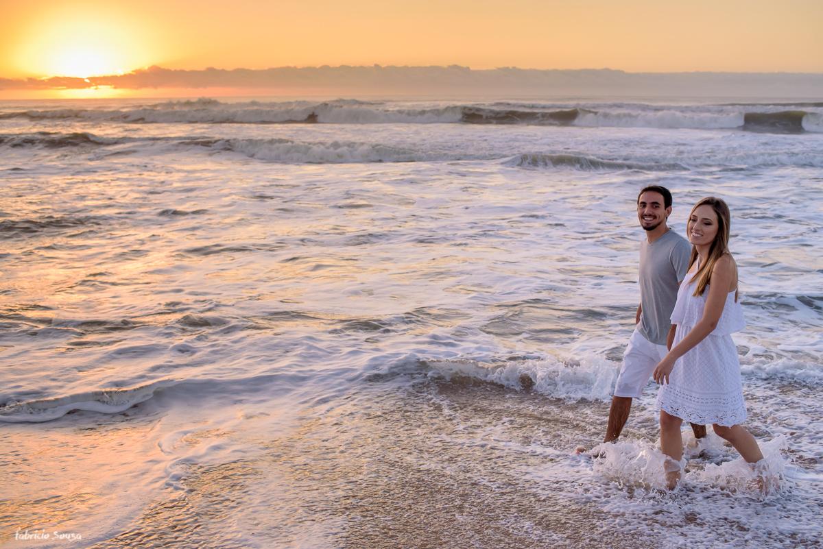 noivos caminhando na beira do mar do Campeche em Florianópolis