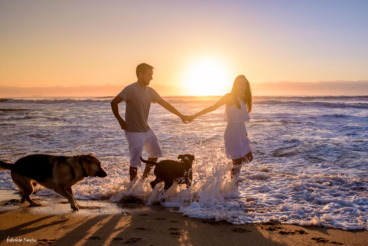 ensaio de casal ao amanhecer com cachorros na praia