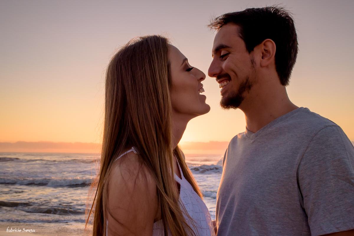 silhueta do casal quase se beijando na praia do campeche - noiva de branco