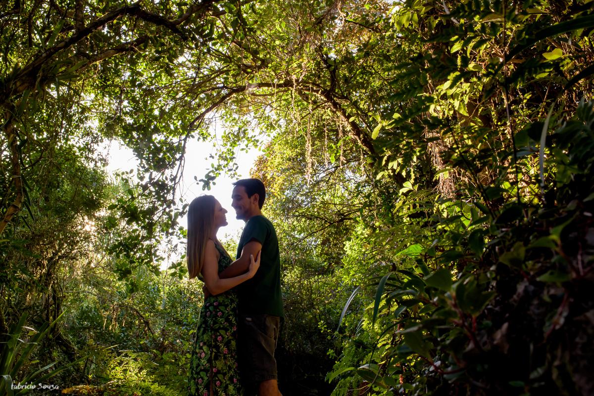 casal de noivos na trilha da praia do Moçambique em Florianópolis - ensaio prewedding