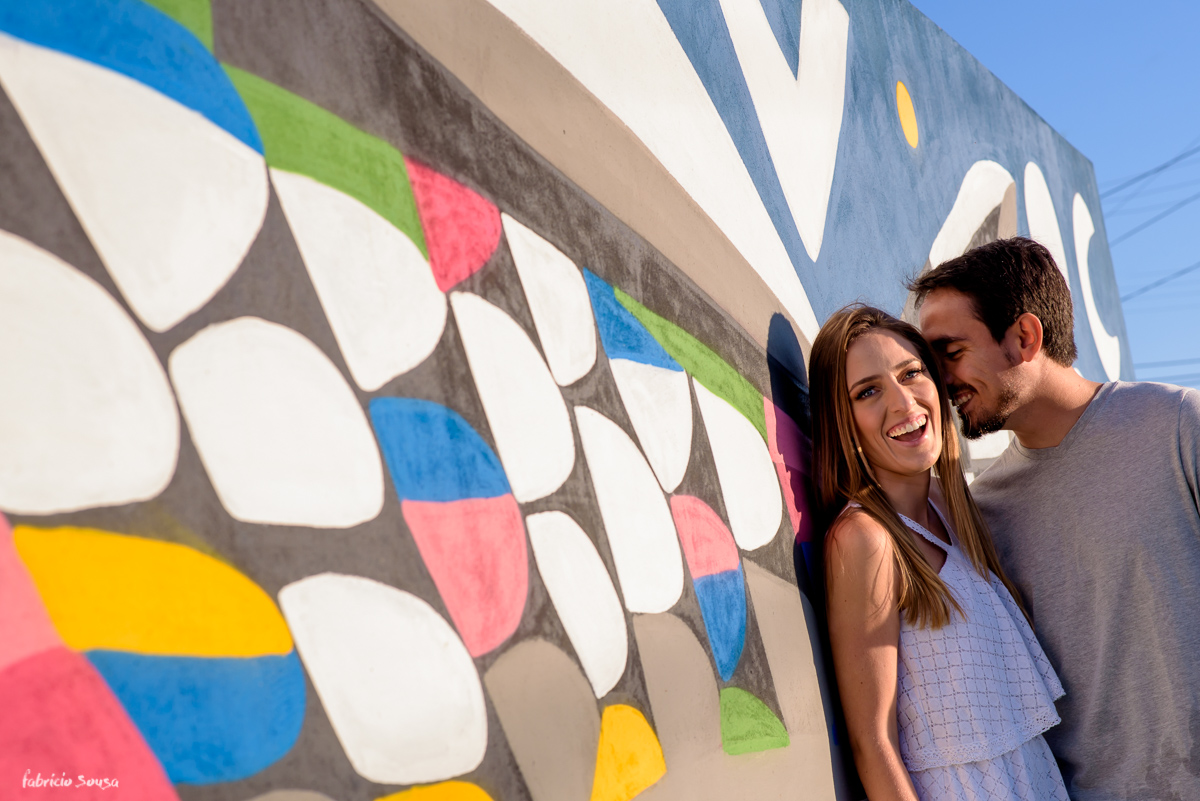 foto do casal de noivos no muro grafitado no campeche