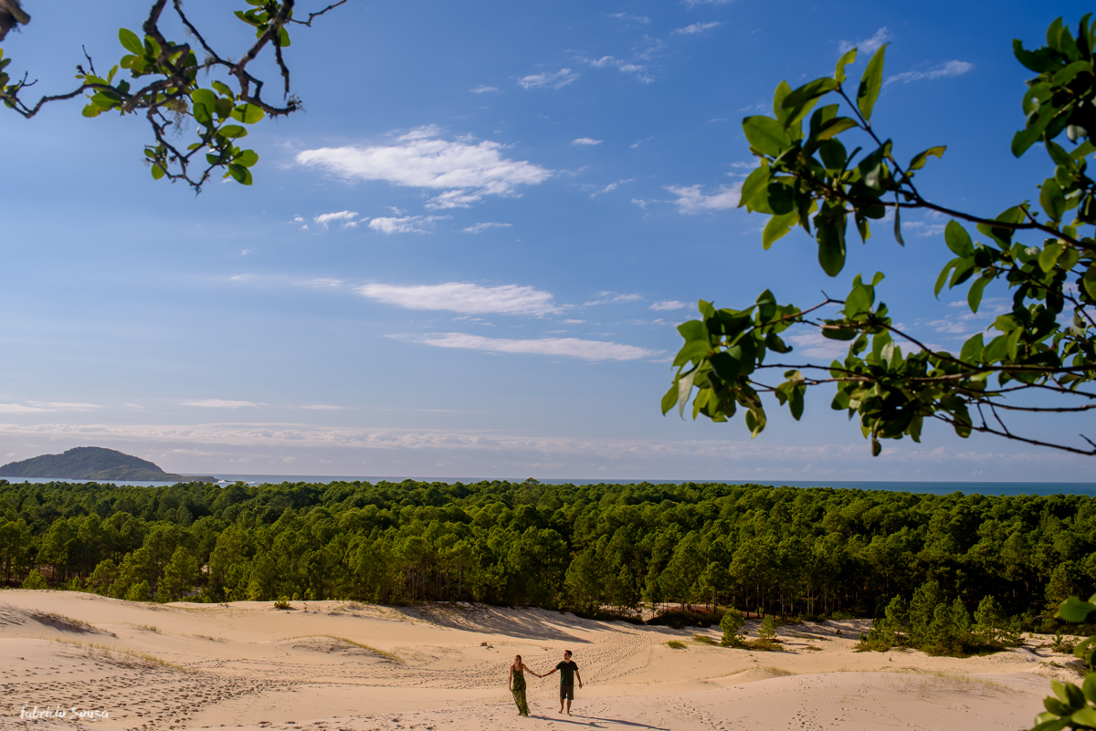casal na imensidão das dunas em Floripa