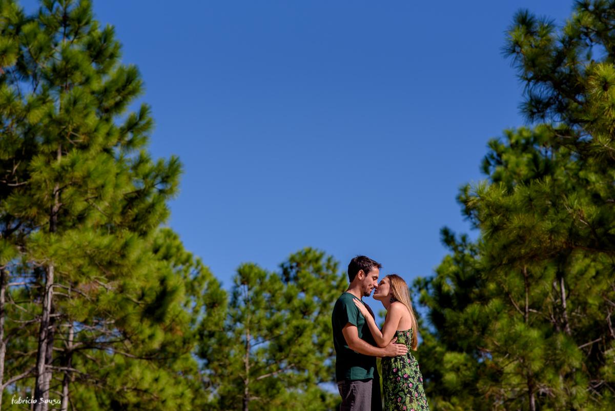 beijo apaixonado sob o céu azul em Floripa
