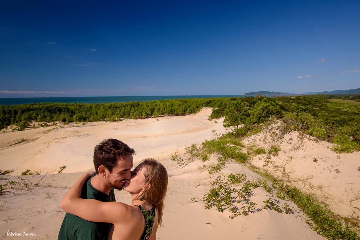 beijo apaixonado nas dunas durante sessão pre-casamento noivos em Floripa