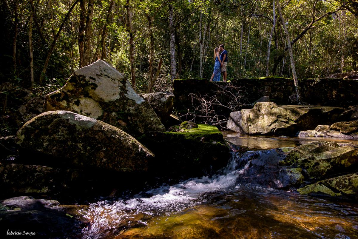 beijo do casal apaixonado na cachoeira noivos em Floripa