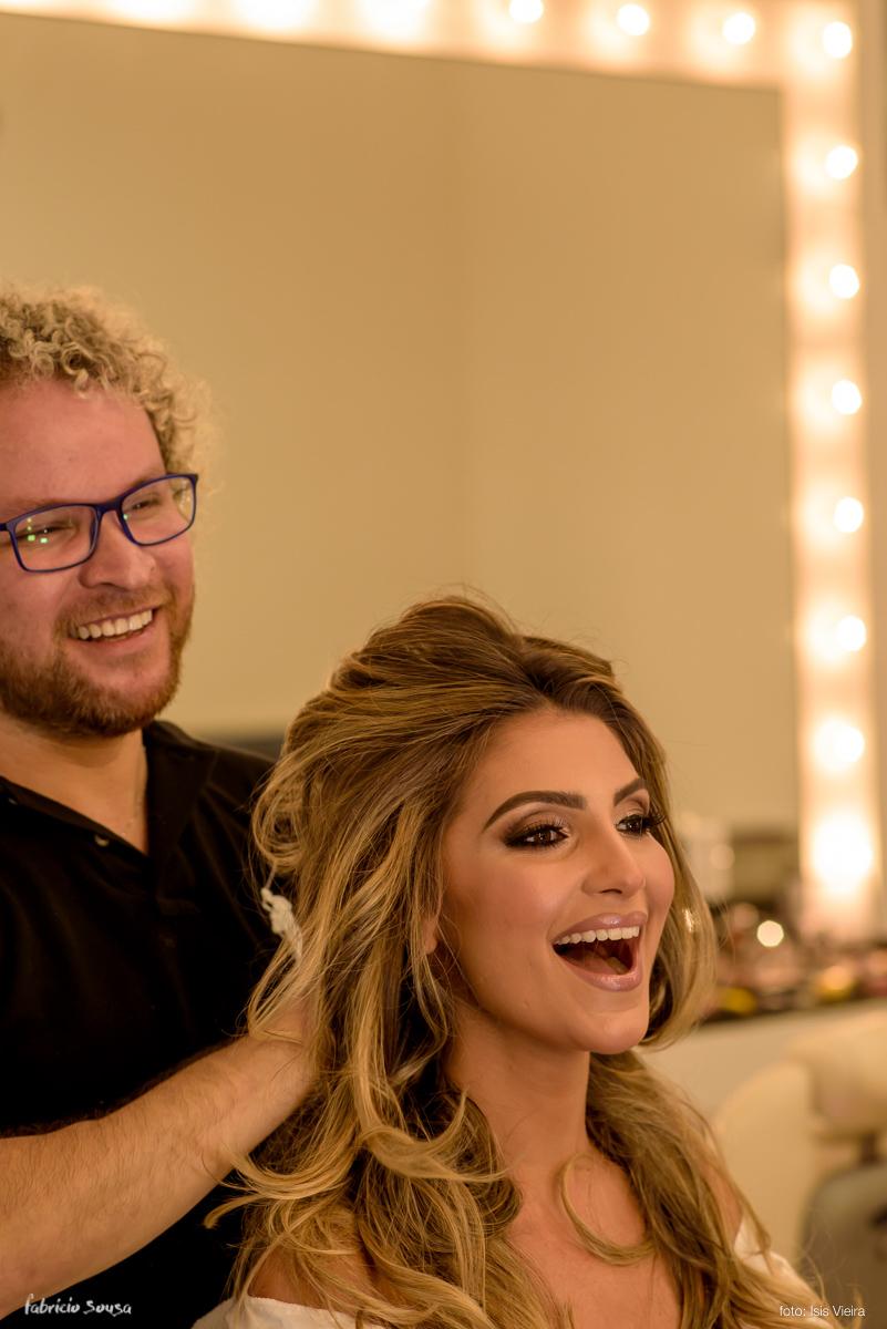 noiva fernanda sorridente com cabelereiro Junior Fiel RG em seu salão de beleza
