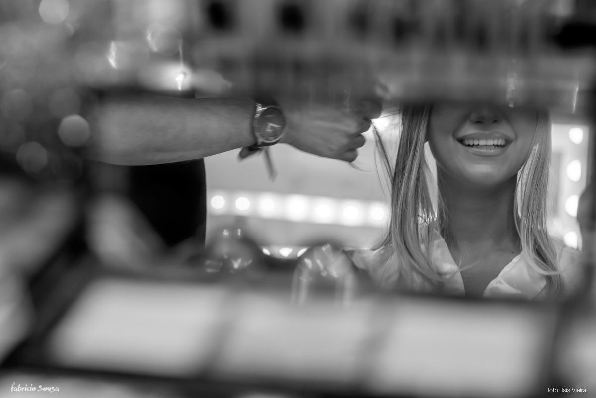 noiva sorrindo no espelho durante making of do casamento