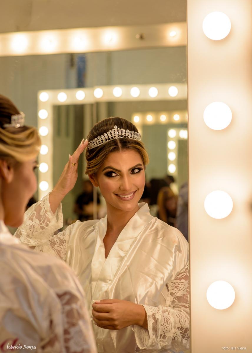 noiva se olha no espelho durante making of no salão Junior Fiel RG