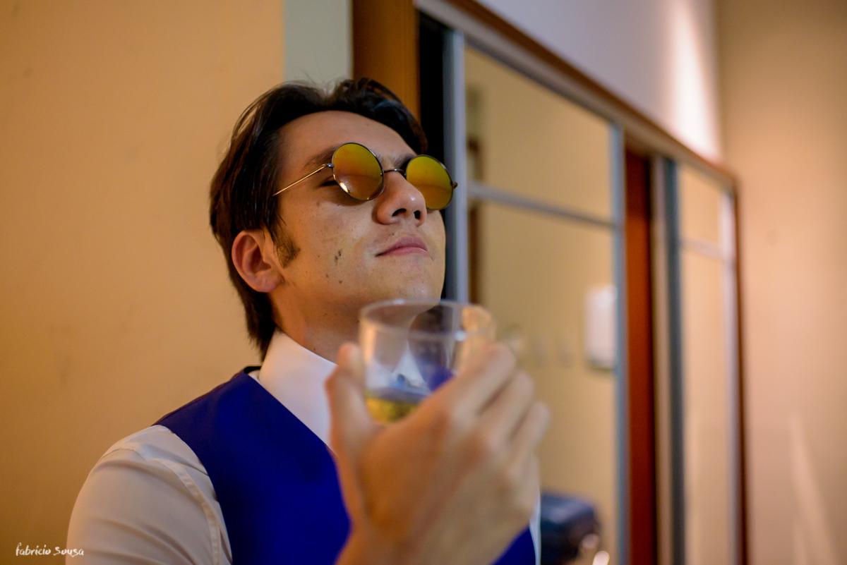 noivo bebendo whisky no hotel Atrium Quinta das Pedras em Belém