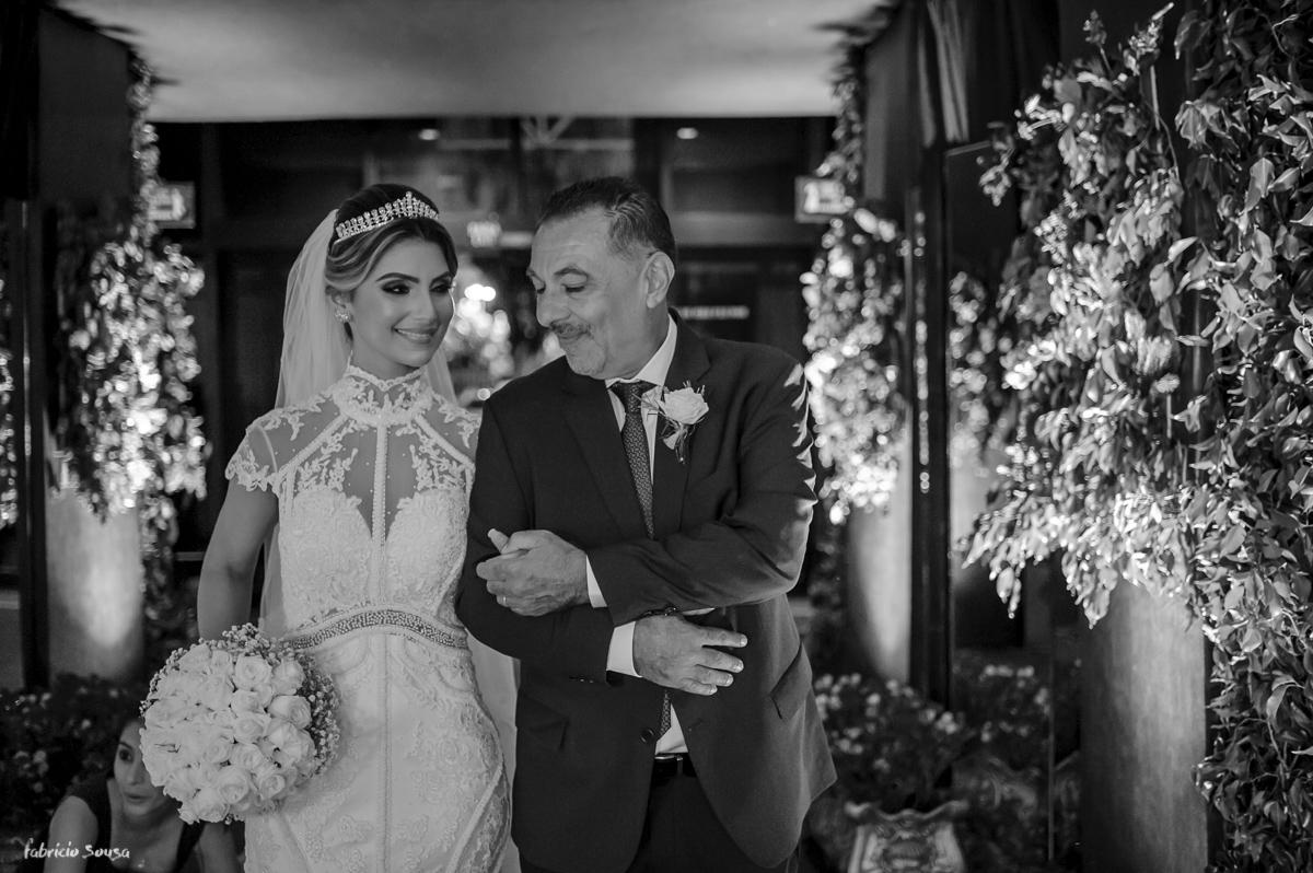 carinho do pai com sua filha momentos antes de entregá-la no altar na recepção do mini-wedding na Estação das Docas