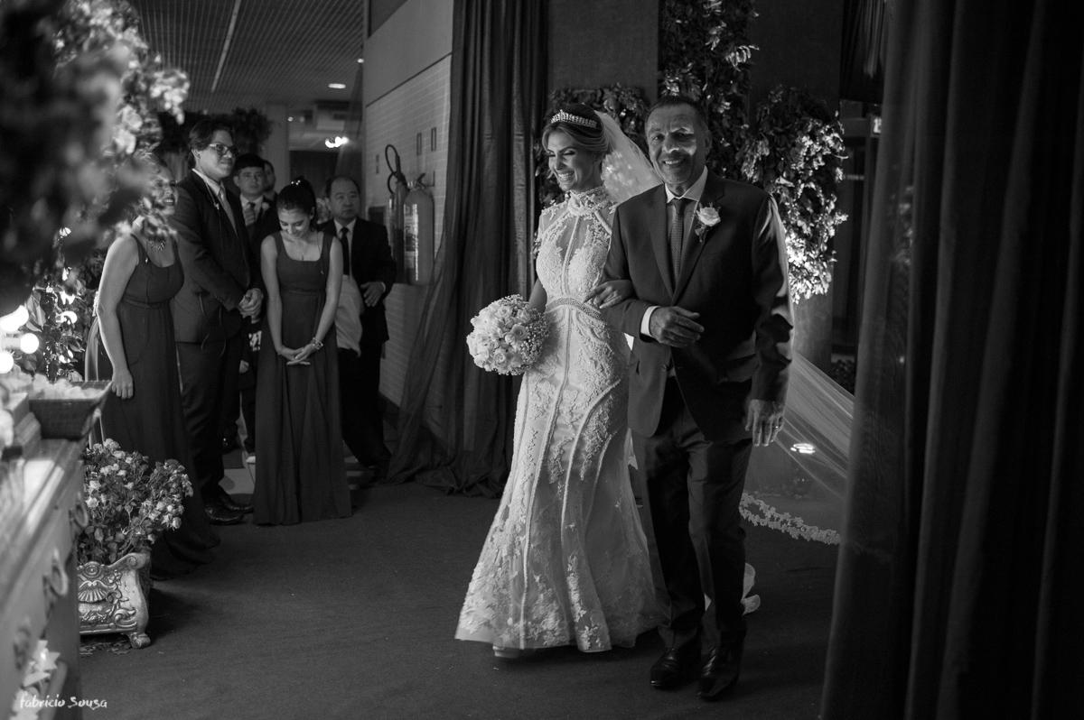 noiva emocionada momentos antes de sua entrada com pai no hall da Estação das Docas