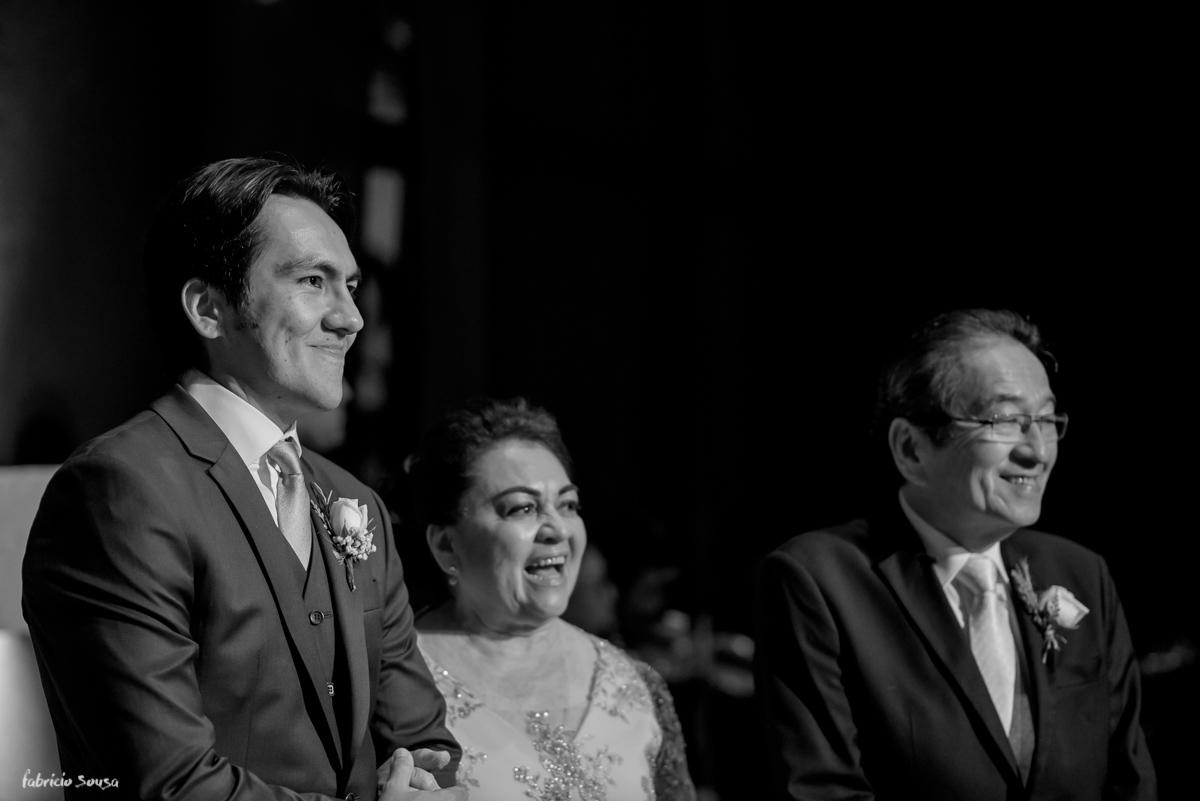 noivo e seus pais na entrada da noiva na cerimonia