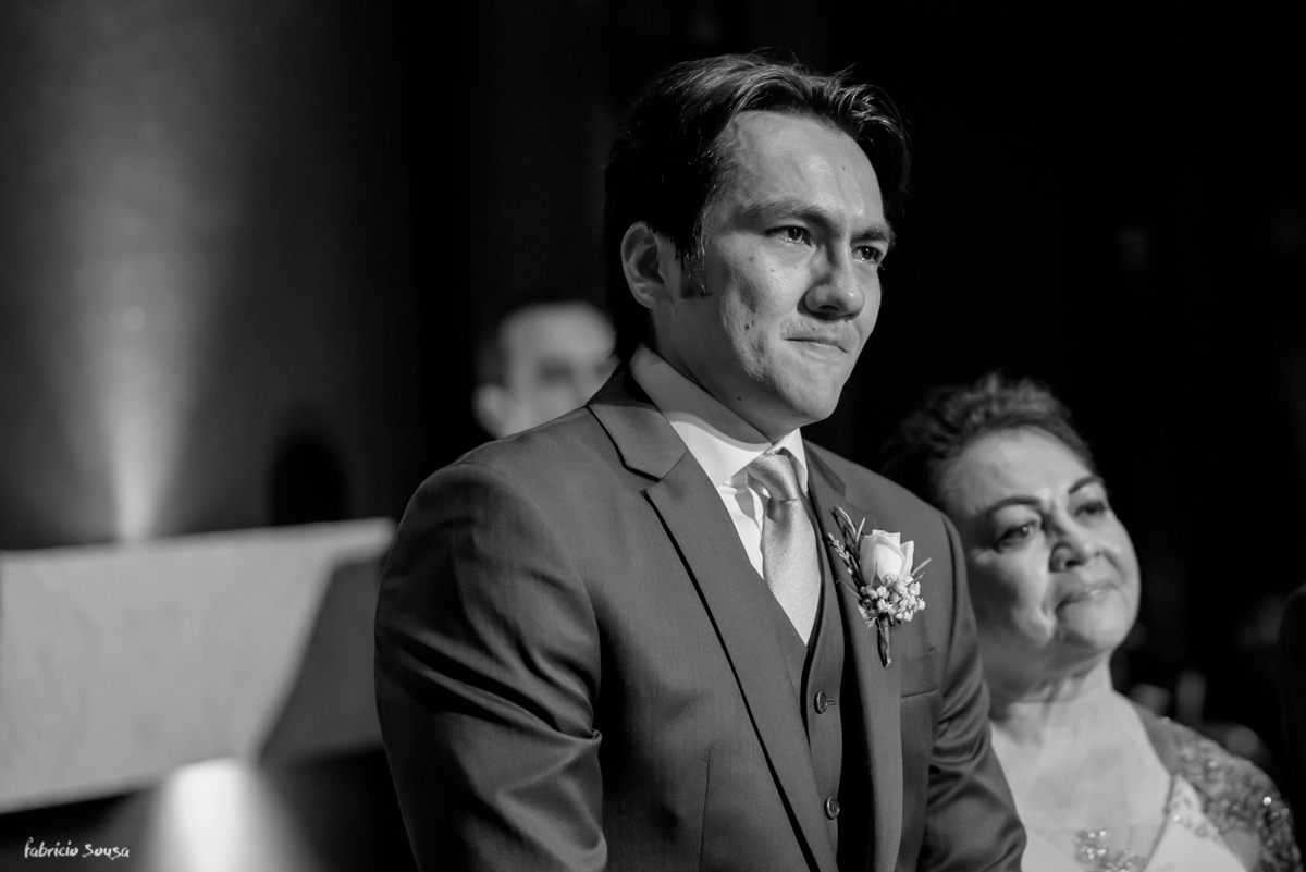 o noivo emocionado na entrada de sua amada noiva - Estação das Docas