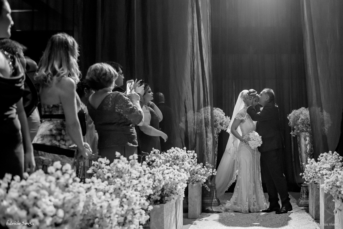 o beijo do pai da noiva na entrada do casamento