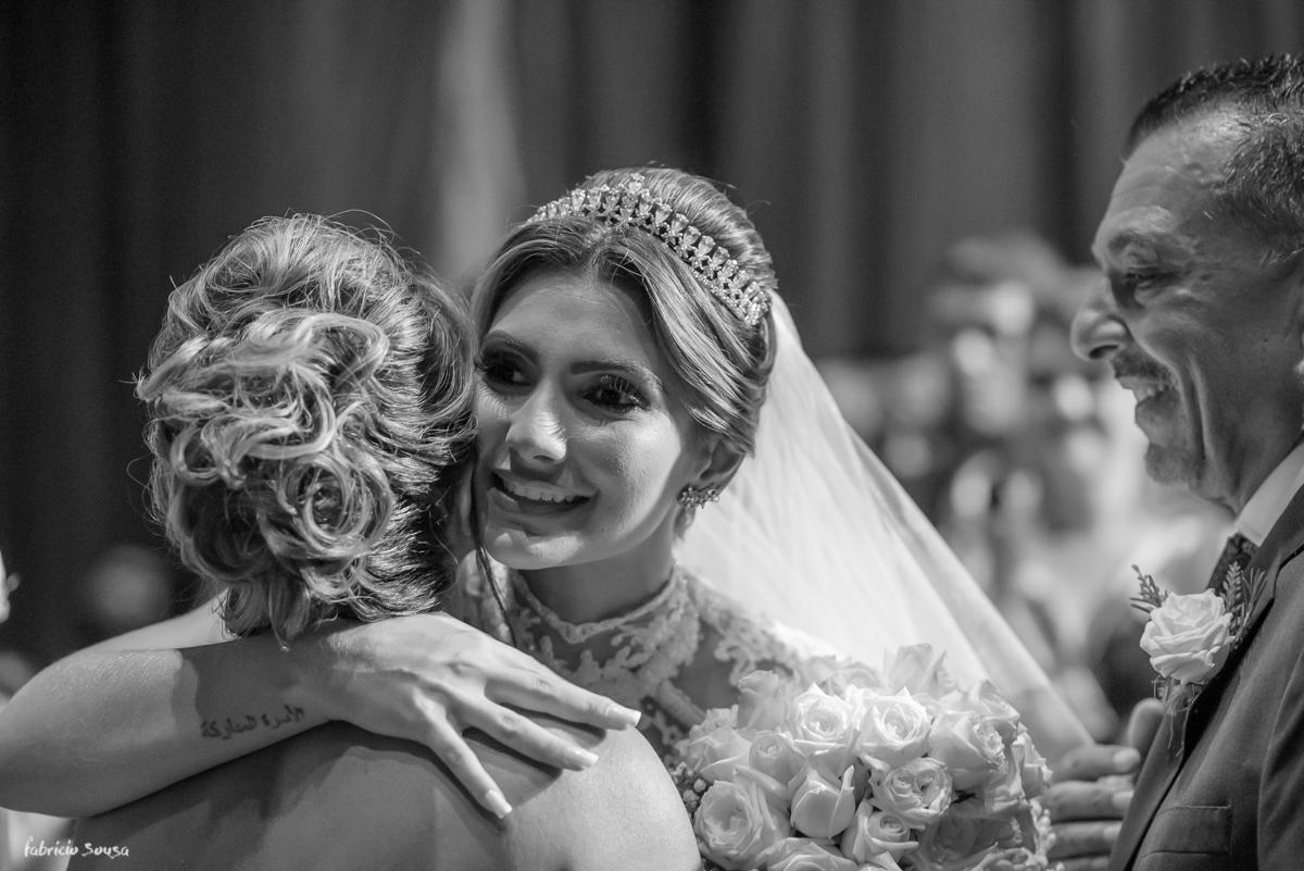 o abraço da noiva na sua mãe