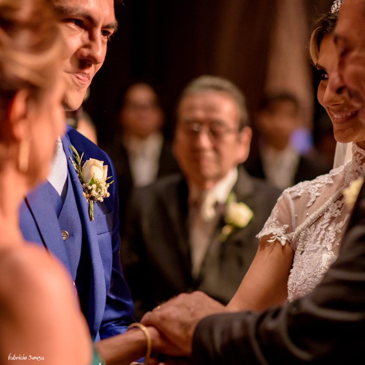noivo recebe a noiva das mãos dos pais durante cerimonia no estação das docas Belém