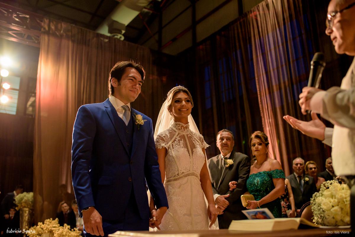 troca de olhares dos noivos durante cerimonia