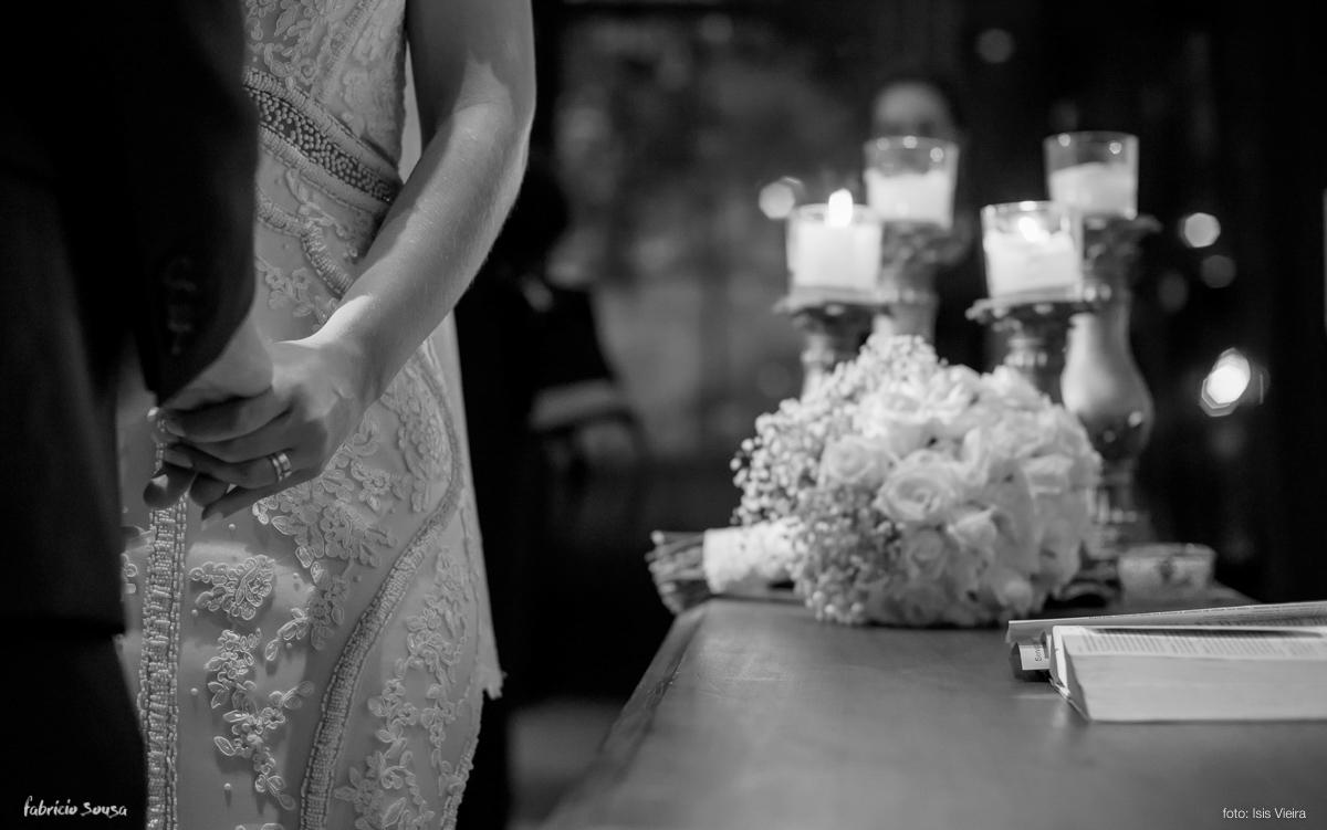 detalhe das mãos e bouquet durante cerimonia