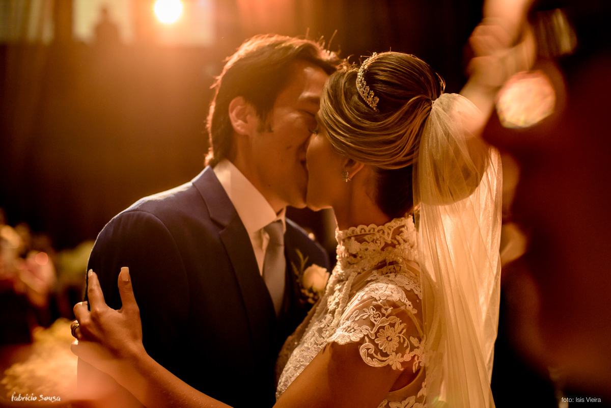 o primeiro beijo de marido e mulher durante o casamento