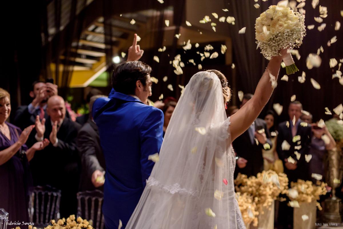 noivos Fernanda Maluhy e Fernando Oikawa na saída da cerimonia de casamento com petalas brancas no Estação das Docas