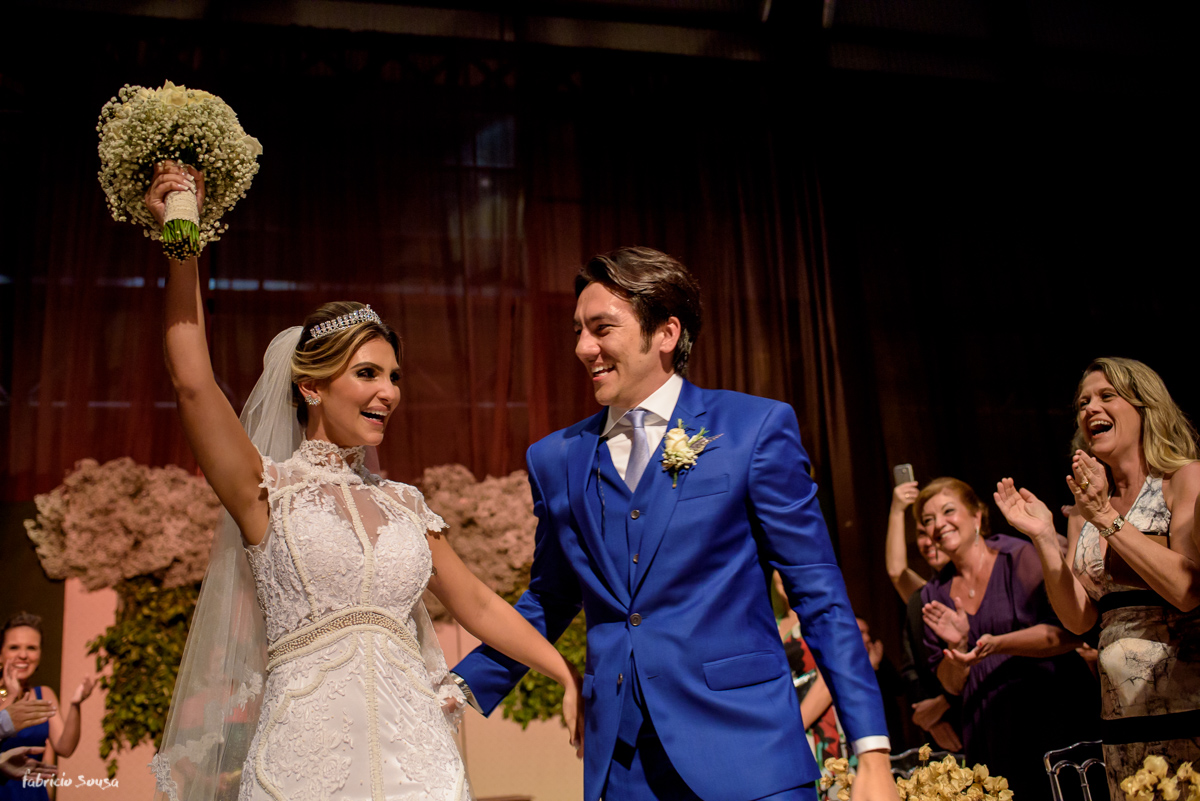 noivos Fernanda Maluhy e Fernando Oikawa na saída da cerimonia de casamento no Estação das Docas