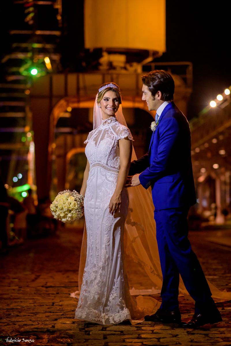 retrato dos noivos durante o casamento na parte externa do Estação das Docas baía de Guajará