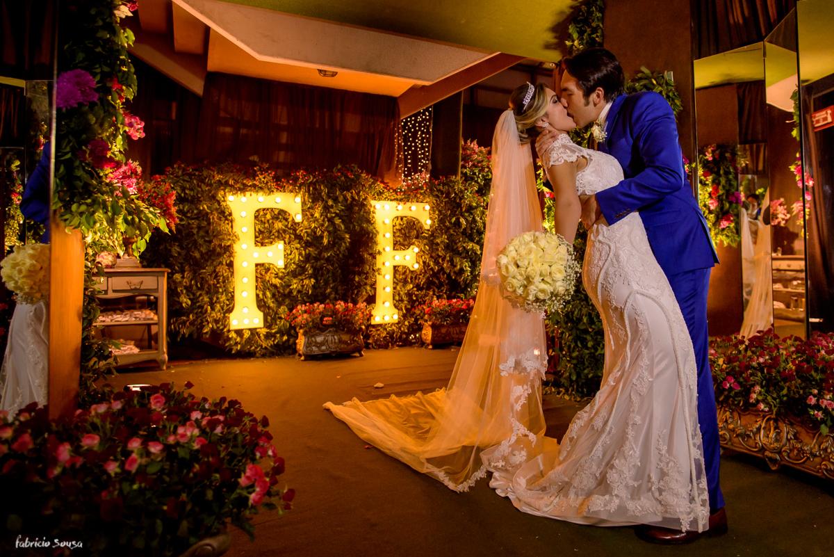 decoração deslumbrante da Decora Belem - Nadia Sousa Amaral e Bruna Dias no Estação das Docas - beijo dos noivos
