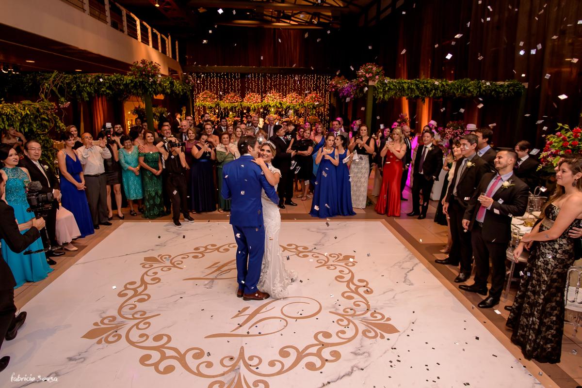 a valsa dos noivos na pista de dança durante a festa de casamento no Estação das Docas com skypaper