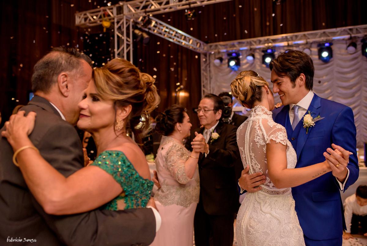 a valsa dos noivos e pais na pista de dança durante a festa de casamento no Estação das Docas