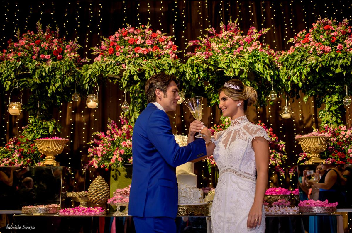 foto do brinde dos noivos na mesa de doces Decora Belem casamento no Estação das Docas