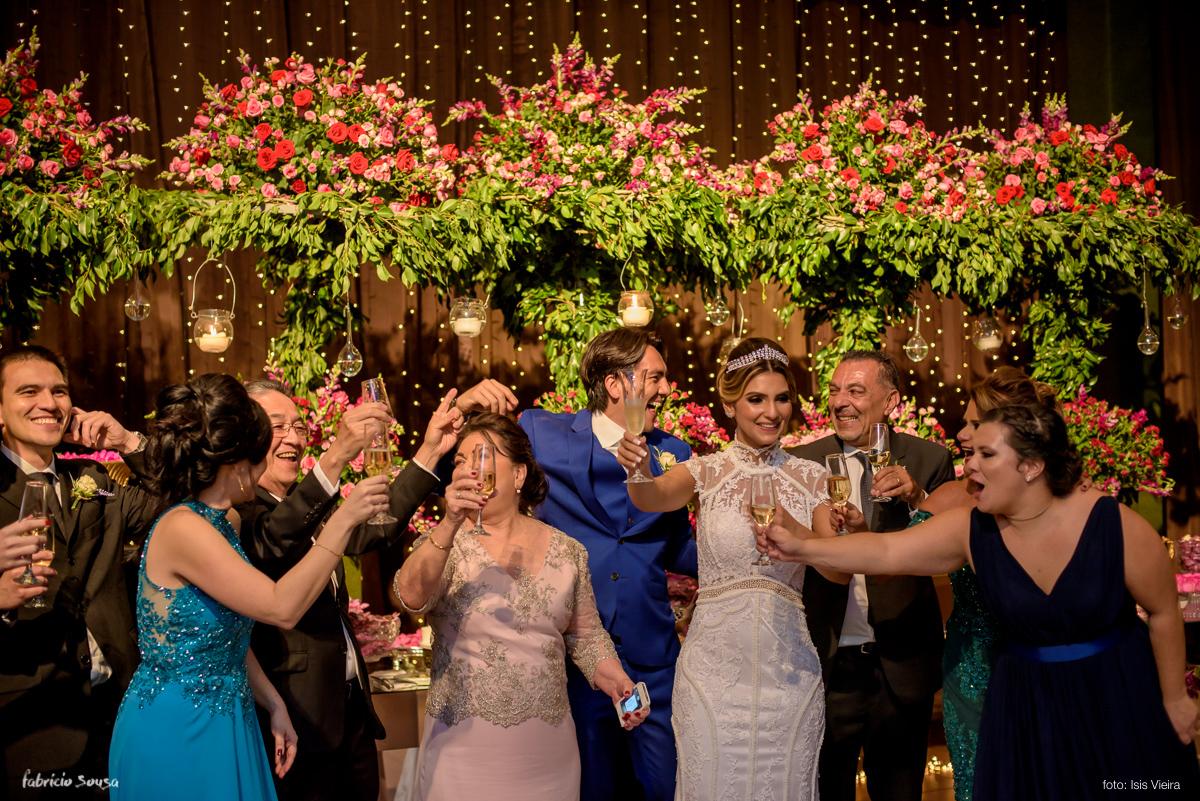 o brinde descontraído da família Maluhy e Oikawa na festa de casamento