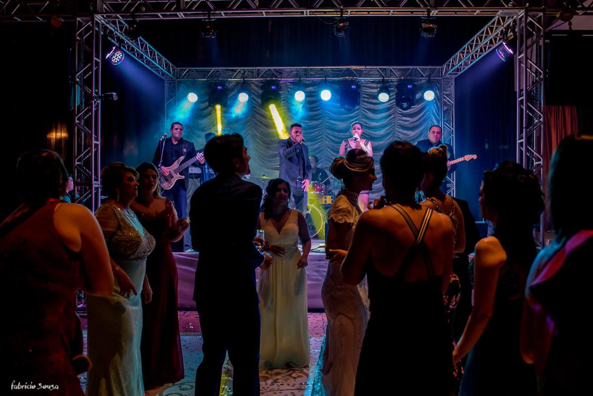 noivos felizes na pista de dança no salão de festas do Estaçã
