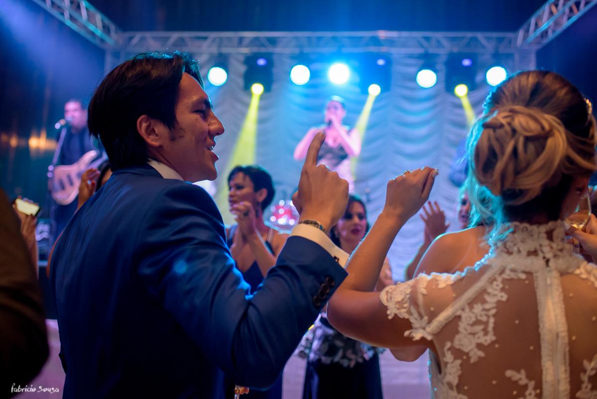 noivos felizes na pista de dança no salão de festas do Estação das Docas Belém