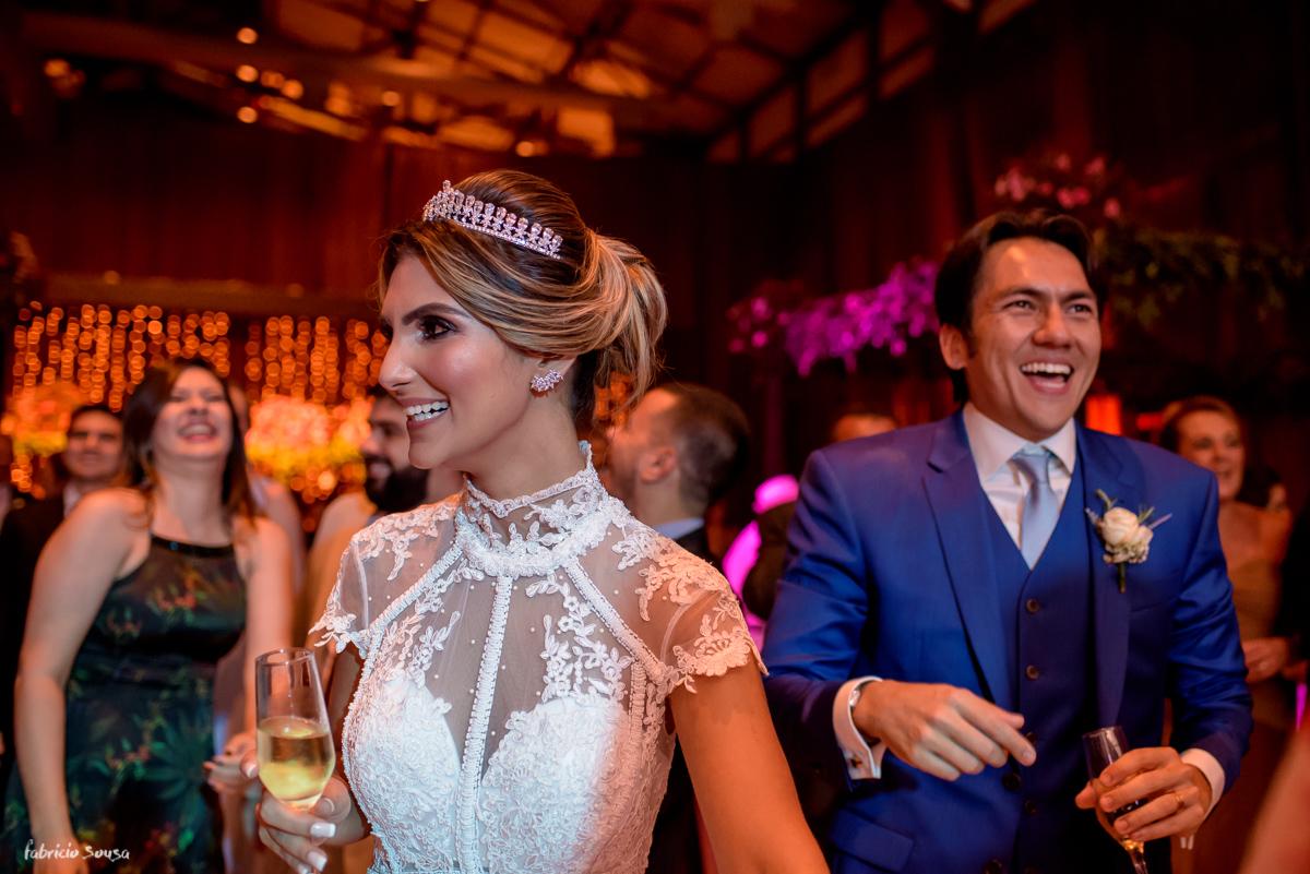 noivos sorridentes e felizes na pista de dança no salão de festas do Estação das Docas Belém
