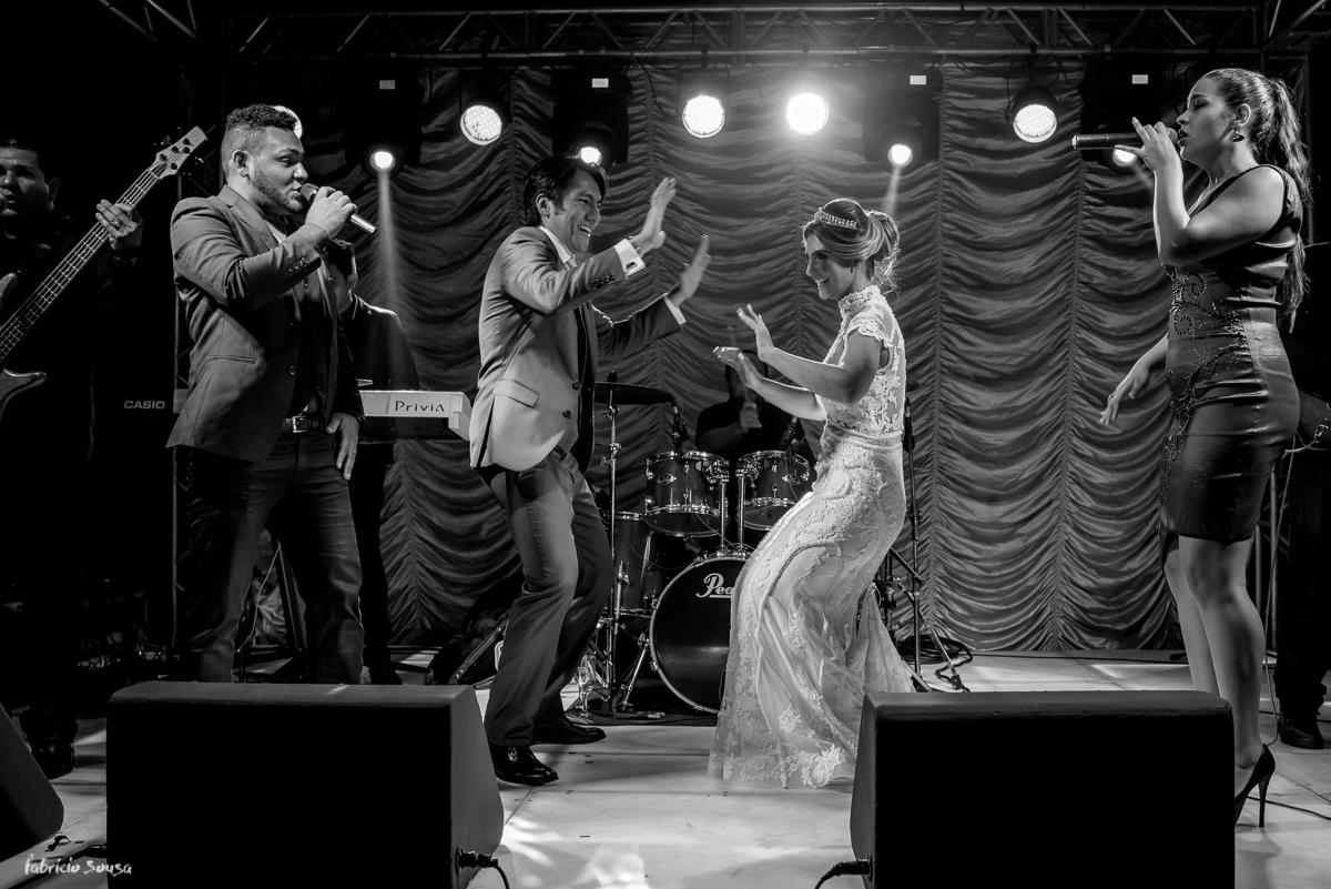 noivos agitam no palco do Estação das Docas com Banda NoBreak Ramon - é o tchan