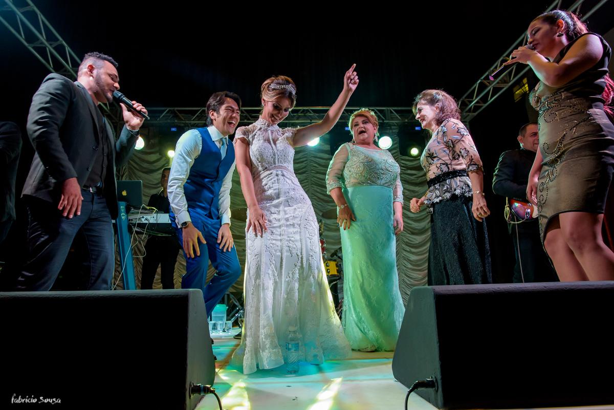 noivos agitam no palco do Estação das Docas com Banda NoBreak Ramon