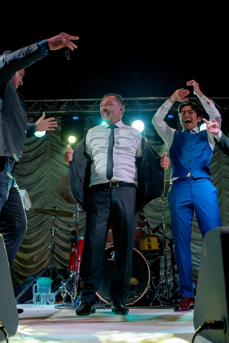 noivo e sogro agitam no palco com banda NoBreak Belem