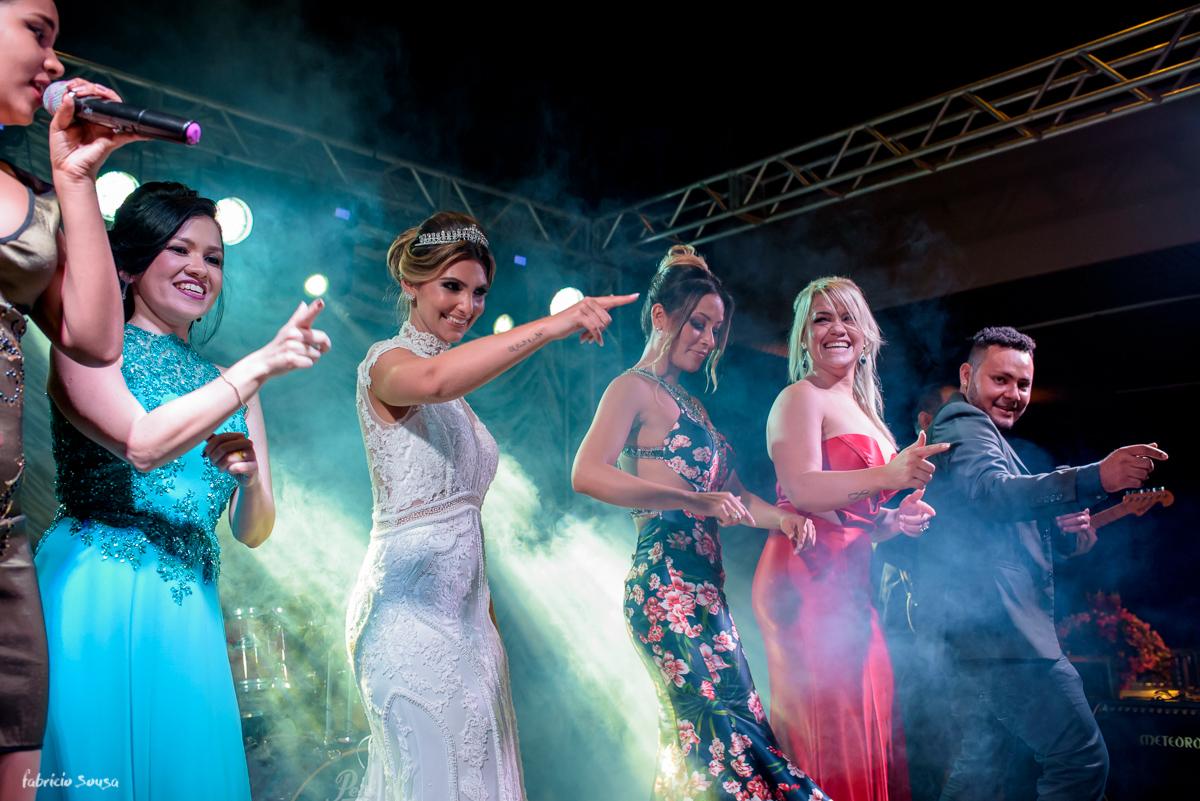 noiva dança com madrinhas no palco do Estação das Docas - banda No Break do Ramon