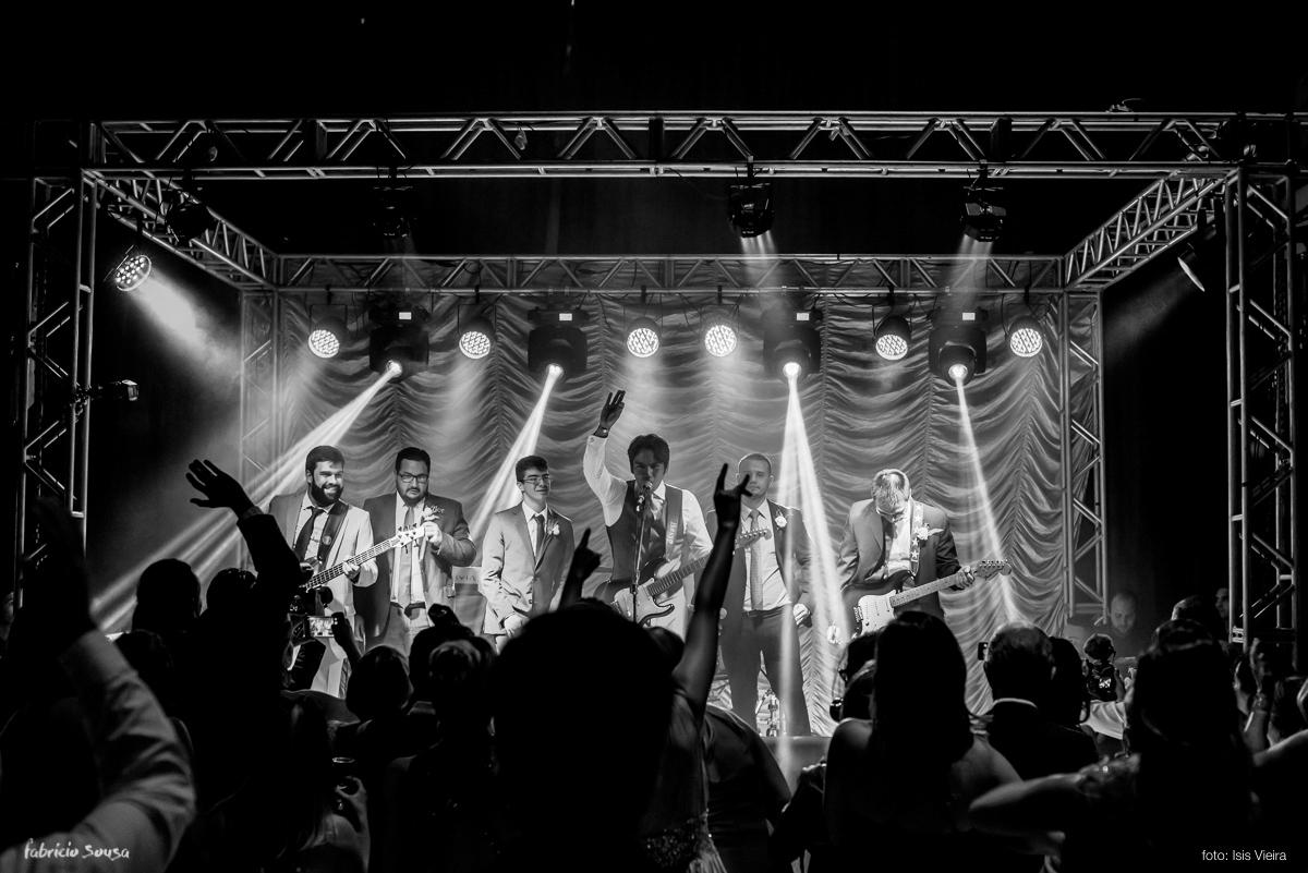noivo roqueiro cantando e tocando no palco do Estação das Docas