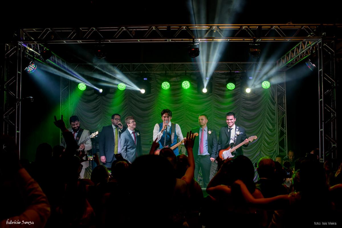 noivo cantando e tocando no palco do Estação das Docas