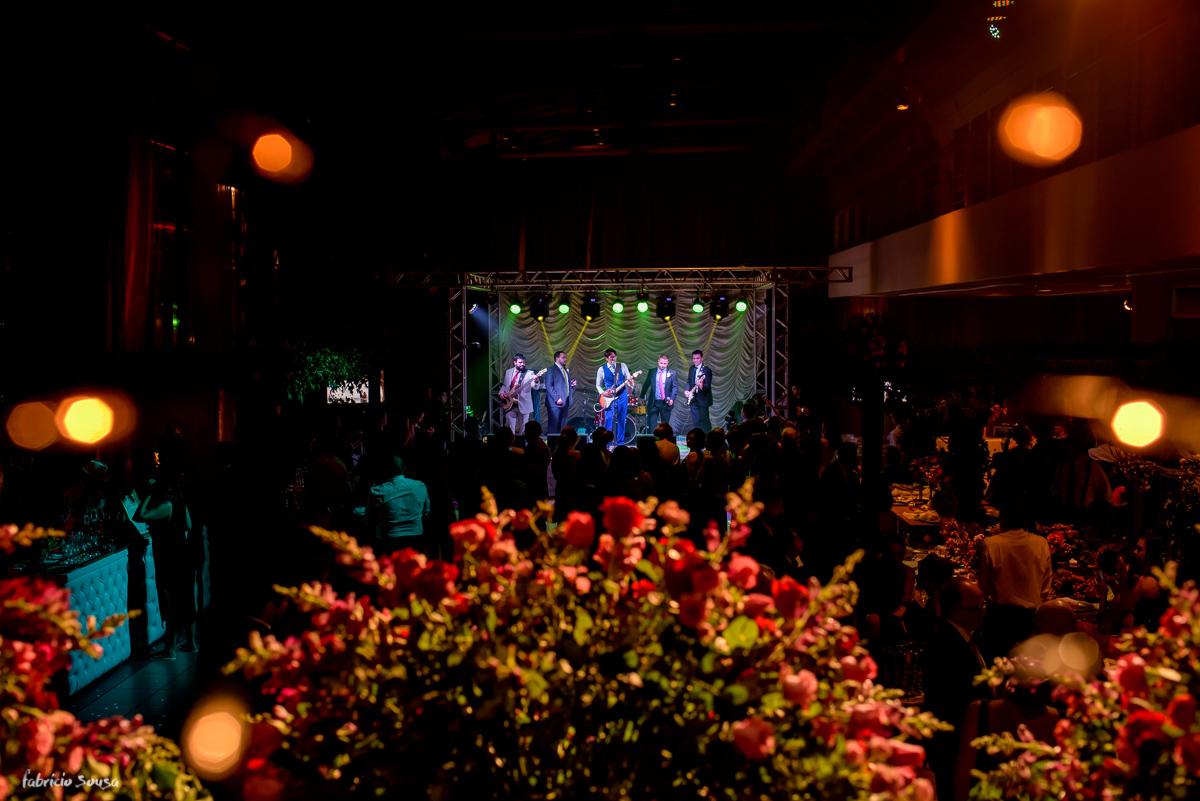 noivo toca guitarra e canta com amigos no palco do Estação das Docas durante seu casamento