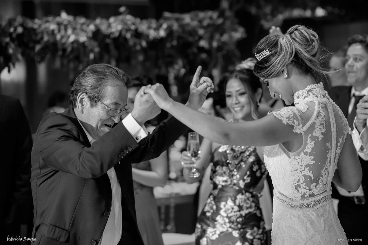 noiva dança com sogro Teichi Oikawa na festa de casamento