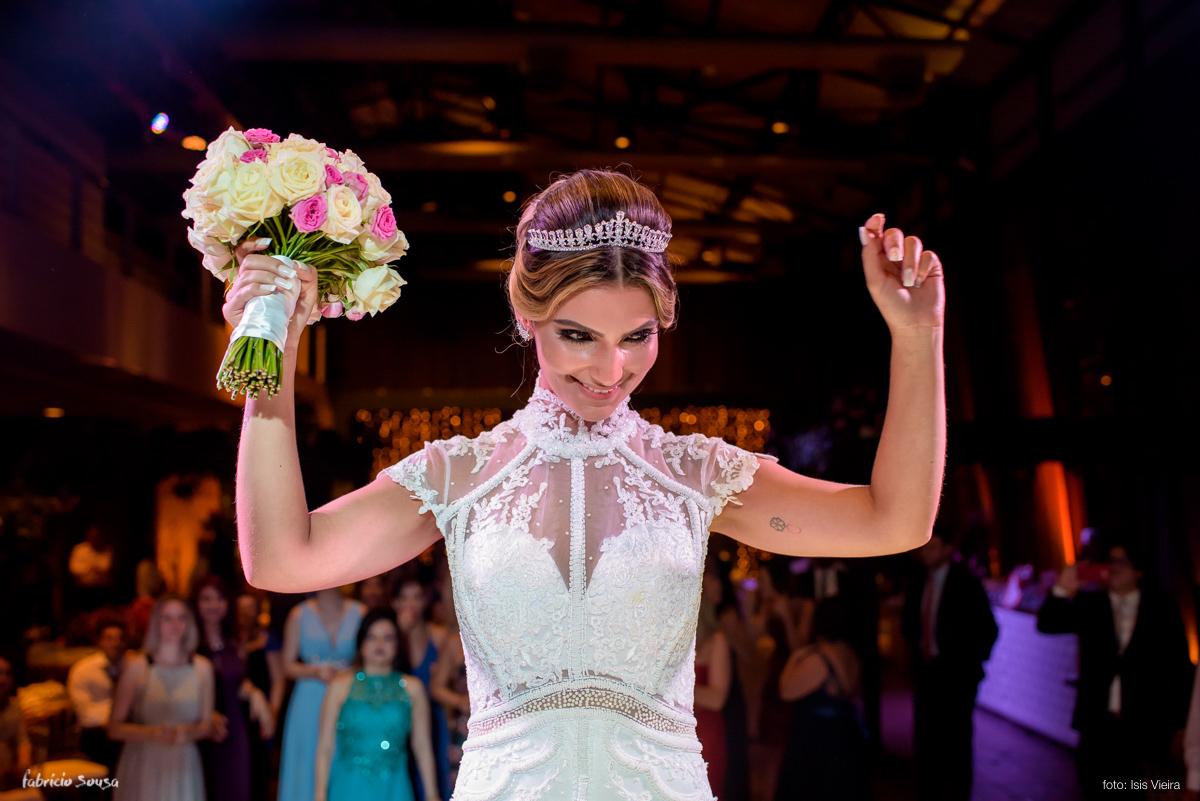 noiva linda Fernanda prestes a jogar o bouquet na festa no Estação das Docas
