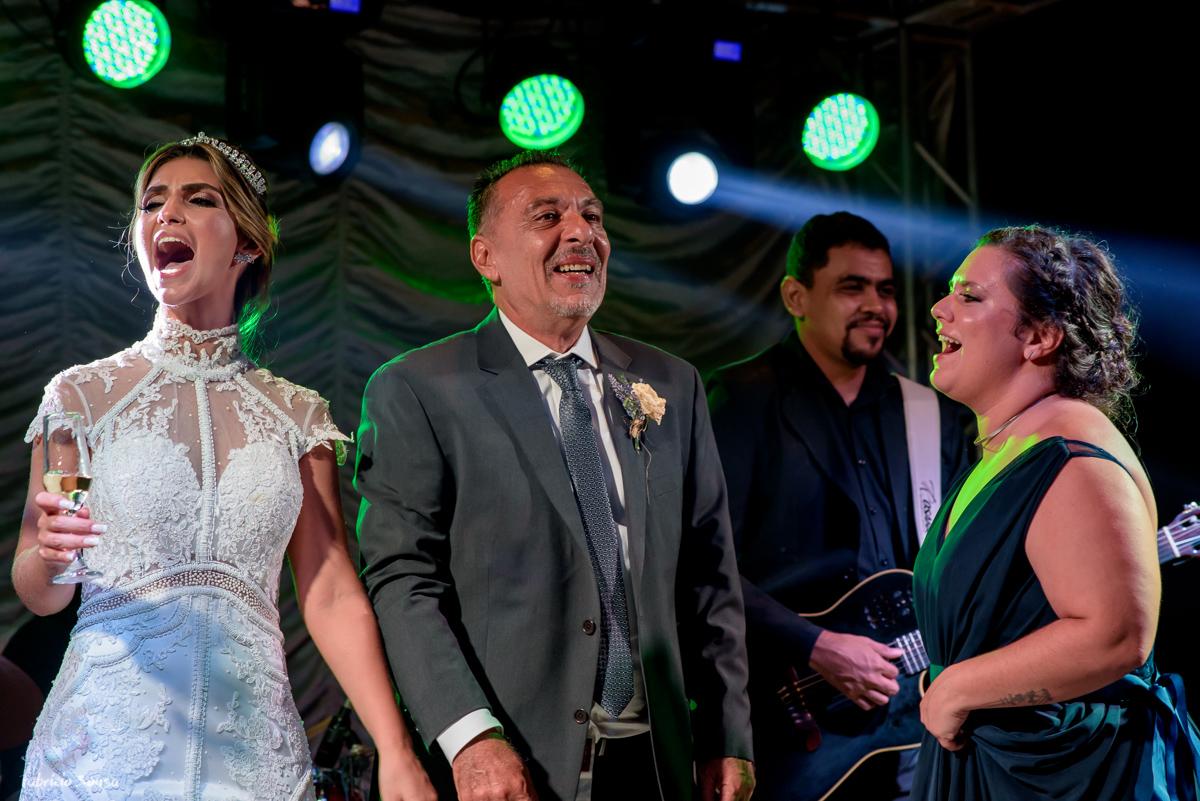noiva dança no palco com seu pai e irmã - Estação das Docas Belém