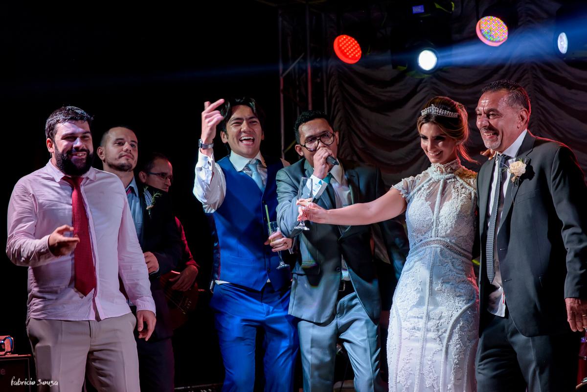 noivos dançam no palco no estação das docas com banda irreverencia vocalista marcio newber