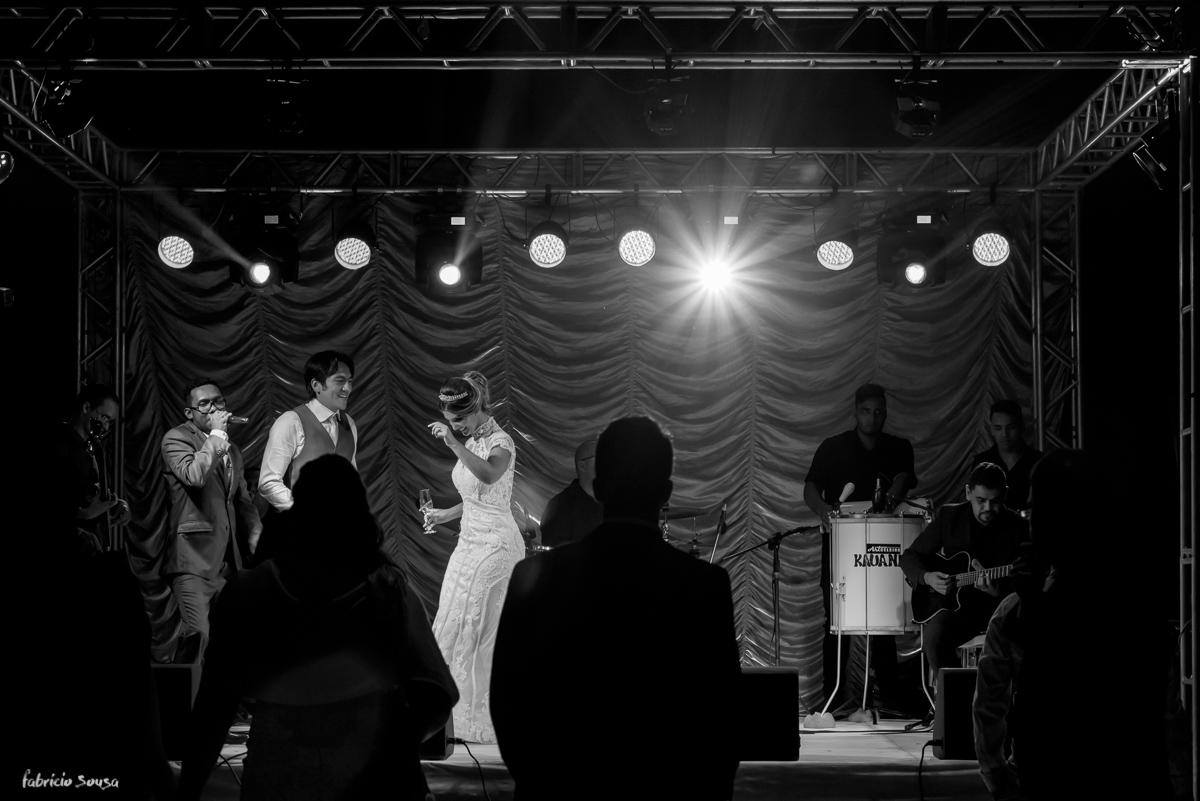 noivos dançam no palco no estação das docas com banda irreverencia