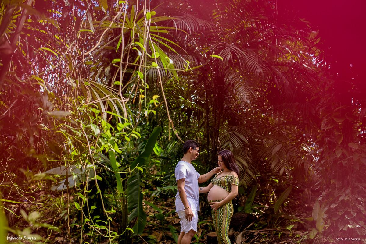 carinho durante sessão fotográfica de gestante no Parque dos Igarapés Floresta Amazonica Belem
