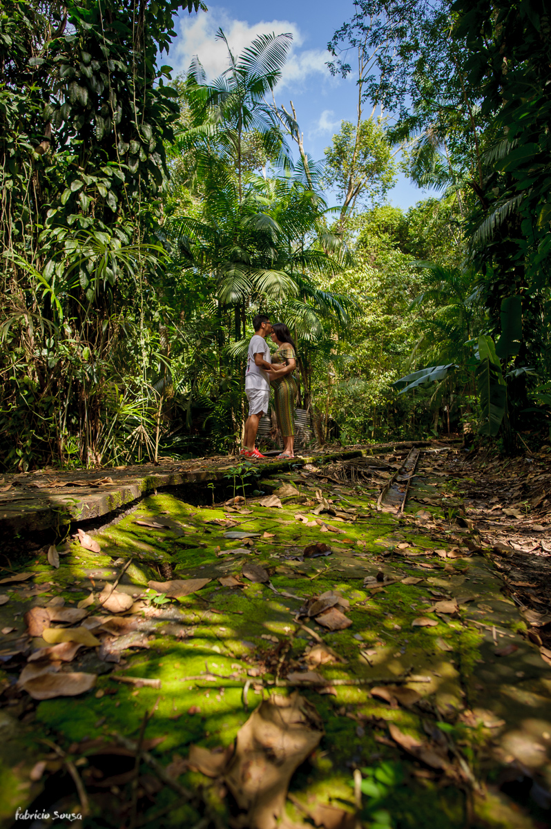 papai beija mamãe no ensaio gestante - família no meio da floresta Amazonica Belém